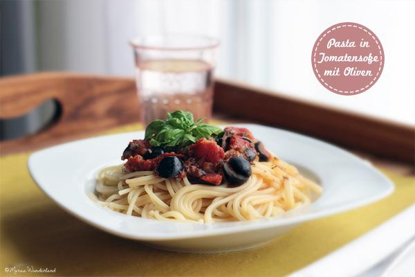 Pasta mit Tomatensoße und Oliven