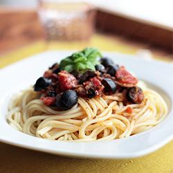 Pasta-Tomatensoße-Oliven