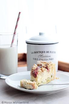 Saftiger Rhabarber-Käsekuchen mit Streuseln. Ein einfaches Rezept, perfekt für den Frühling. • Maras Wunderland #rhabarberkuchen #rhubarbcake #käsekuchen #rhabarberkäsekuchen