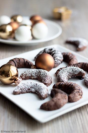 Rezept für Brownie-Kipferl. Vanillekipferl in der Schoko-Variante. Einfache Weihnachtsplätzchen. • Maras Wunderland #weihnachtsplätzchen #christmascookies #vanillekipferl #kipferl