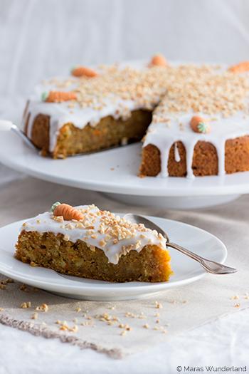 Rezept für den saftigsten und besten Karottenkuchen. Karotten Kuchen mit weniger Zucker und Öl als der Klassiker. Mein Lieblingskuchen zur Osterzeit. • Maras Wunderland #karottenkuchen #carrotcake #osterkuchen