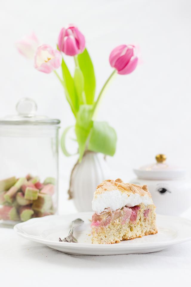 Rezept für einen Rhabarber-Baiser-Kuchen. Ein frisch und fruchtiger Frühlingsklassiker. • Maras Wunderland #rhabarberkuchen #rhabarberbaiser #rhabarbertorte #kuchenrezept #kuchenklassiker #rhubarbcake #rhabarberrezept #maraswunderland