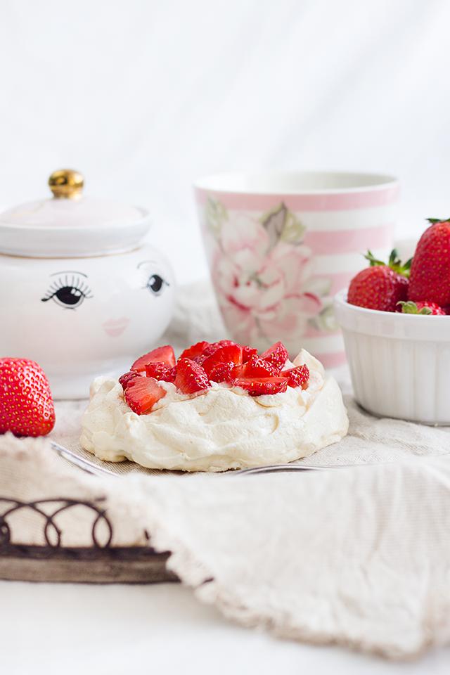 Mini-Pavlovas mit Erdbeeren