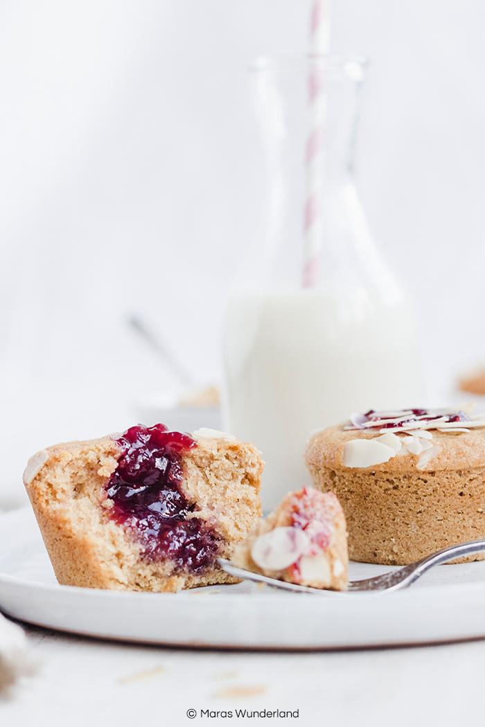 Rezept für gesündere Marmeladen-Muffins. Schnell und einfach gemacht, super saftig und aromatisch. Passen zu jeder Gelegenheit und Jahreszeit. • Maras Wunderland #maraswunderland #healthymuffins #muffins #cupcakes #marmelade #jam #jammuffins #gesundbacken #eathealthy #bakehealthy