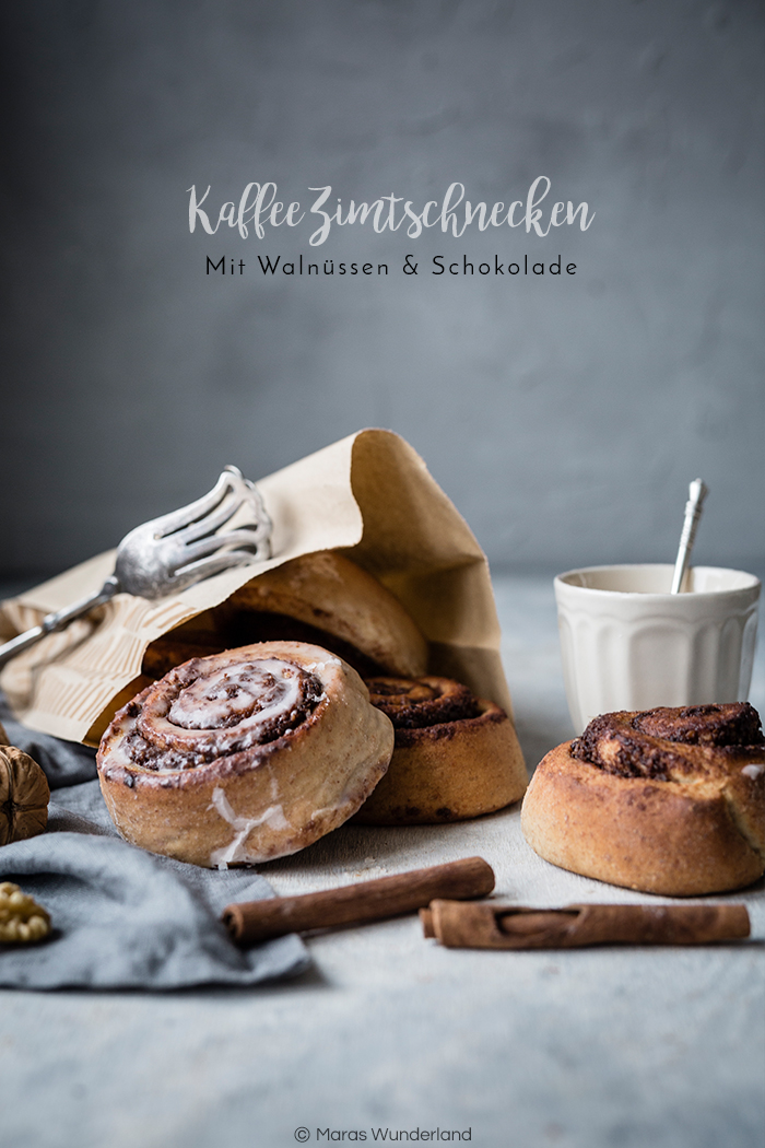 Rezept für vegane Kaffee-Zimtschnecken mit Schokolade und Walnüssen. Mit saftigen Hefeteig.