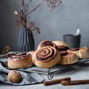 Vegane Kaffee-Zimtschnecken mit Schokolade und Walnüssen