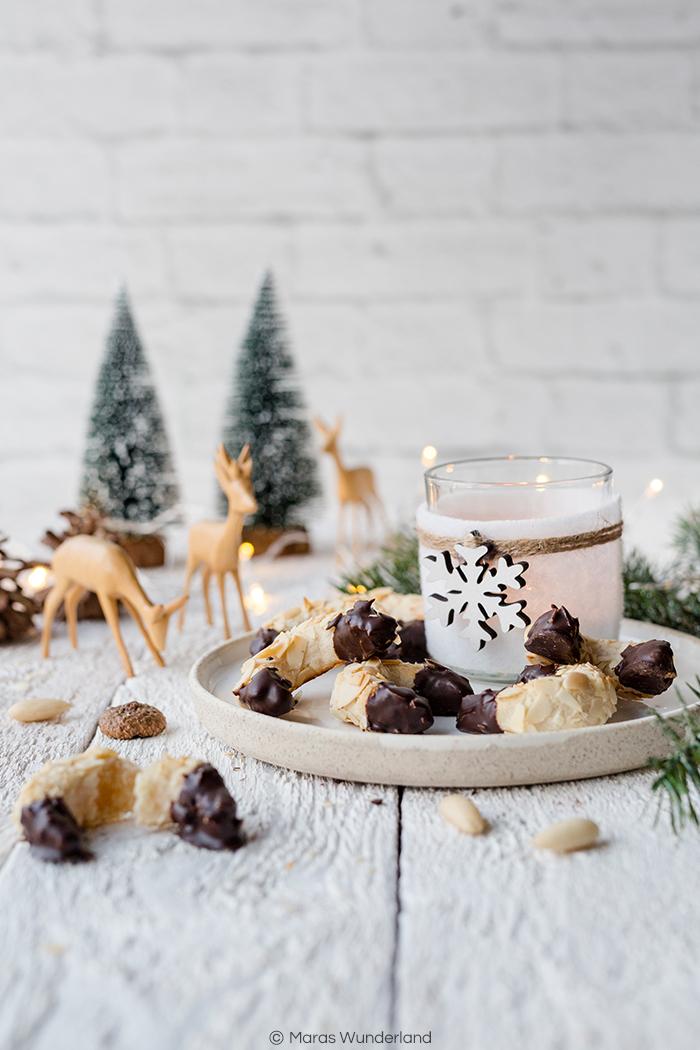 Einfaches und schnelles Rezept für Mandel-Marzipan-Kipferl. Leckere knusprig und zarte Weihnachtsplätzchen. • Maras Wunderland #weihnachtsplätzchen #weihnachtsbäckerei #plätzchen #marzipanplätzchen #marzipan #christmascookies #maraswunderland