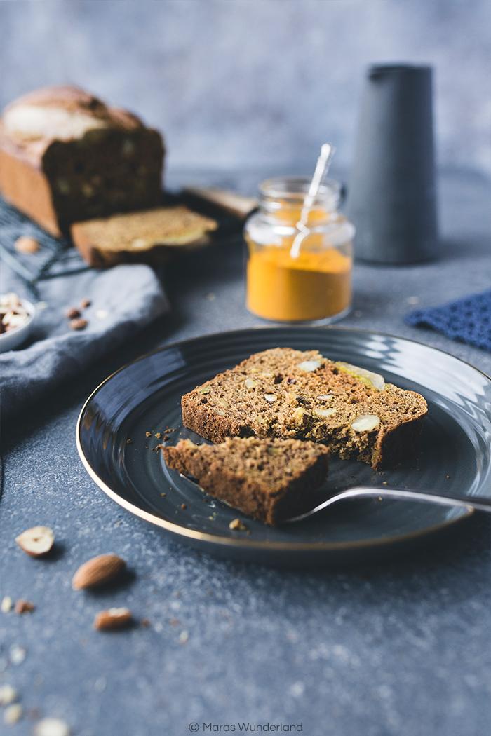 Rezept für ein gesünderes Kurkum Banana Bread ohne raffinierten Zucker. Mit Zimt und Nüssen. Schnell gebacken.
