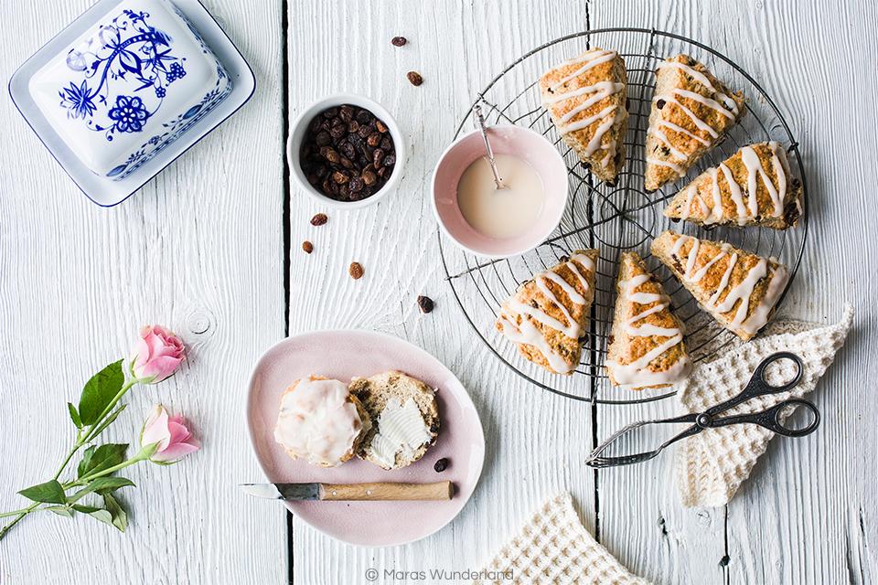 Rezept für Eierlikör Scones mit Rosinen. Der britische Klassiker in einer Oster-Variante. Schnell und einfach gebacken.