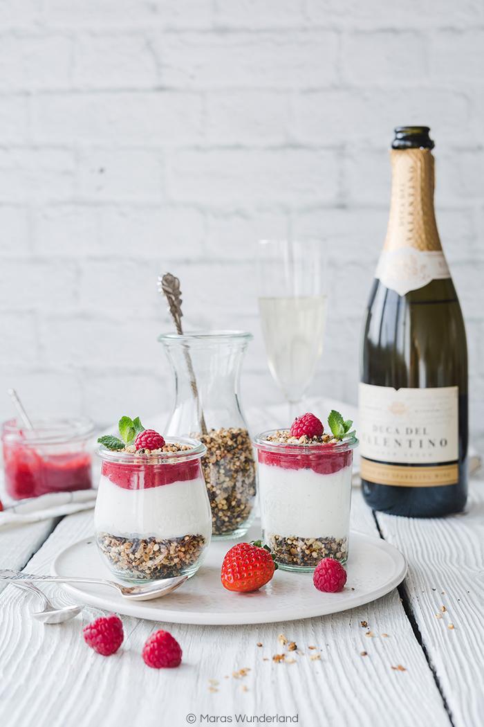 {Werbung} Rezept für ein fruchtig frisches Dessert aus dem Glas: Beeren-Mohn-Dessert. Knusprige Granola wird bedeckt mit einer leichten Creme und einem beerigen Kompott.
