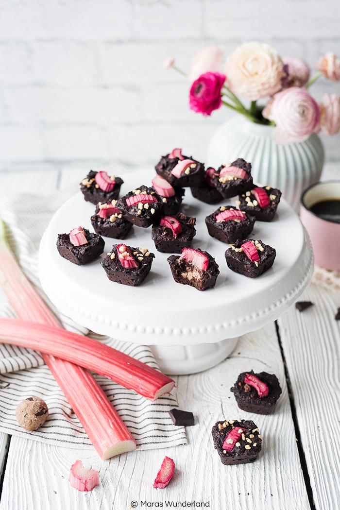 Rezept für gesündere Rhabarber Brownie BItes mit Cookie Dough Kern. Schnell und einfach gemacht.