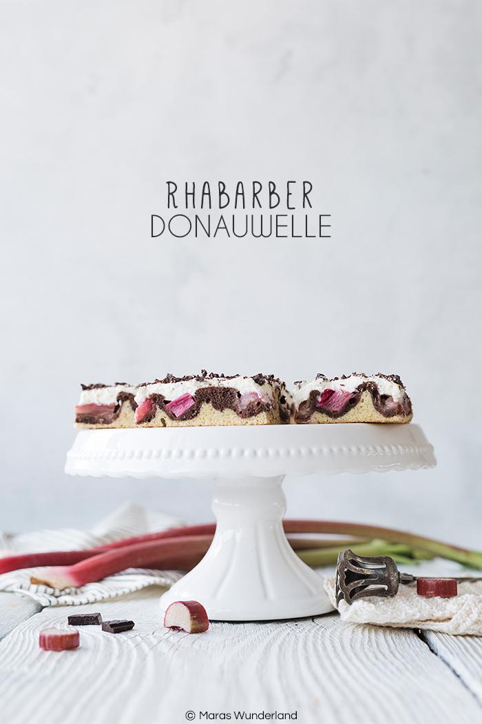 Rezept für einen deutschen Klassiker in der Frühlingsversion: Rhabarber-Donauwelle. Marmor-Rührteig mit Rhabarber, Sahne und Schokolade.