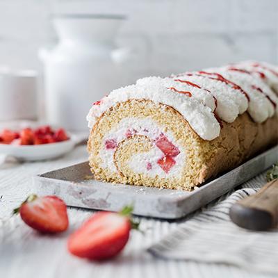 Erdbeer-Kokos-BIskuitrolle mit Zitrone