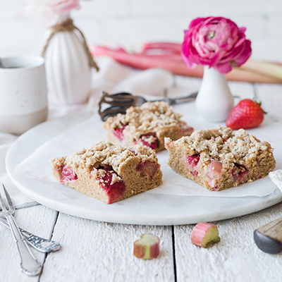 Gesünderer Erdbeer-Rhabarber-Streuselkuchen