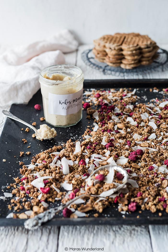 Vollkorn-Waffeln, Kokos-Granola & Kokos-Mandel-Aufstrich. Drei wunderbare, gesunde Rezepte für Muttertag. Schnell und einfach gemacht.