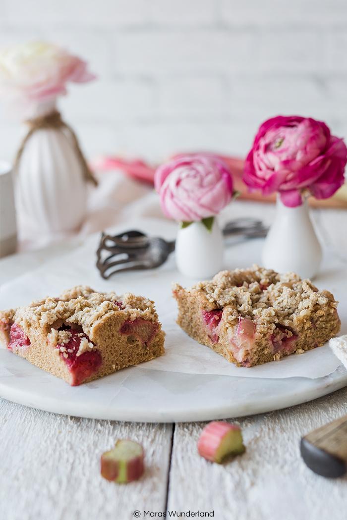 Rezept für einen gesünderer Erdbeer-Rhabarber-Streuselkuchen. Schnell und einfaxch gemacht - perfekt für den Frühling. Mit Vollkornmehl und Erythrit.