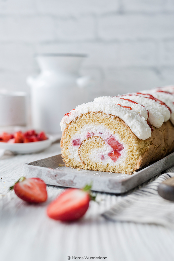 Rezept für eine Erdbeer-Kokos-Biskuitrolle mit Zitrone. Fruchtig, frisch und perfekt für Frühling und Sommer. Mit schnellem und einfachen Biskuit.
