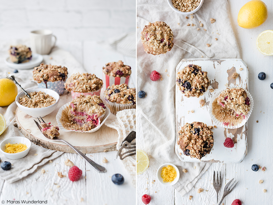 Gesündere & vegane Beeren-Zitronenmuffins mit Streuseln. Schnelles und einfaches Rezept - perfekt für ein Sommer-Picknick.