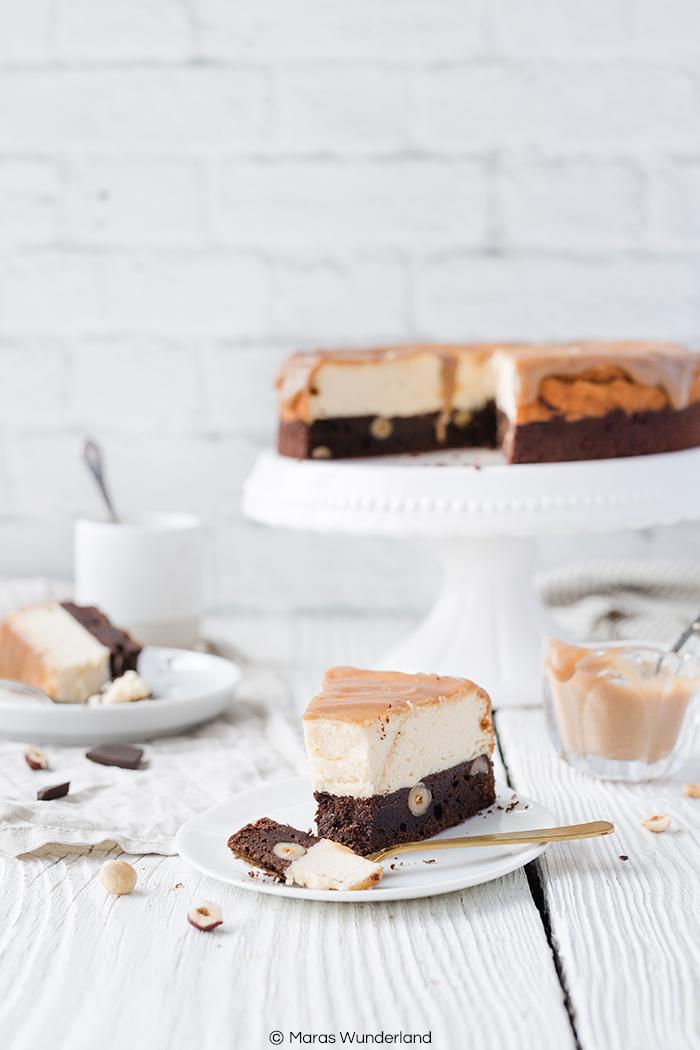 Rezept für einen Brownie-Käsekuchen mit Dattel-Karamellsoße. Unglaublich lecker und saftig. Mit Haselnüssen und Vollkornmehl.