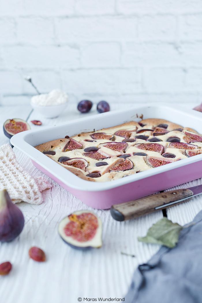 Rezept für einen Feigen-Zwetschgenkuchen mit Ricotta-Swirl. Gesünder, super aromatisch und saftig, perfekt für den Herbst und schnell und einfach gebacken.