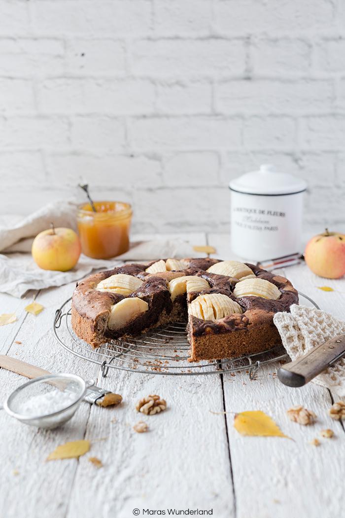 Rezept für einen einfachen Apfel-Marmorkuchen - der Klassiker aus der Springform mit Äpfeln und Walnüssen. Schnell und einfach gebacken - perfekt für den Herbst.