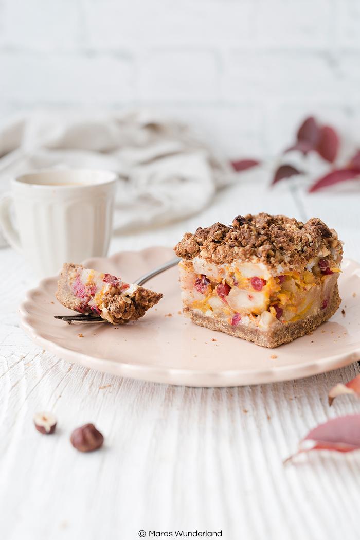 Rezept für einen gesünderen, herbstlichen Obst-Streuselkuchen. Mit Äpfeln, Birnen, Kürbis und Preiselbeeren. Dazu Nussstreusel und Baiser.