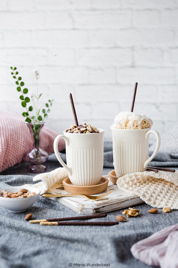 Rezept für zweierlei Mug Cakes: gesunder Schoko Apfel Mug Cake und heller Kokos Mug Cake. Super schnell und einfach gemacht.