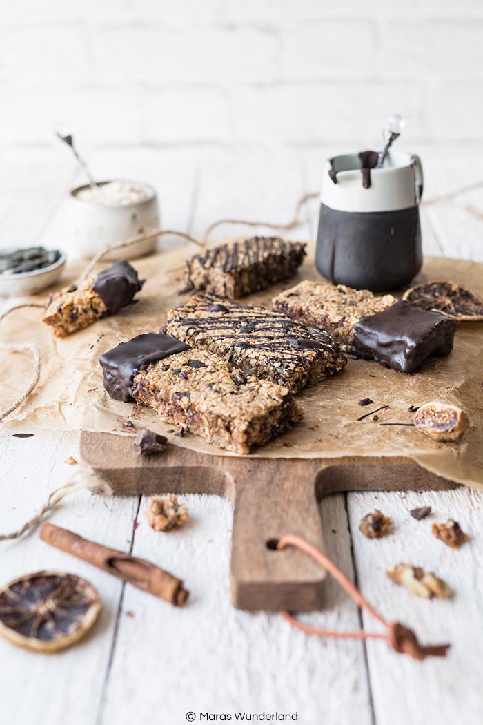 Rezept für vegane & glutenfreie Müsliriegel ohne raffinierten Zucker. Schnell & einfach gemacht. Perfekt als Snack, Frühstück oder zum Sport. • Maras Wunderland #müsliriegel #granolabars # müsli #granola #snack #gesundersnack #frühstück #schokolade #maraswunderland #vegan #glutenfrei #zuckerfrei