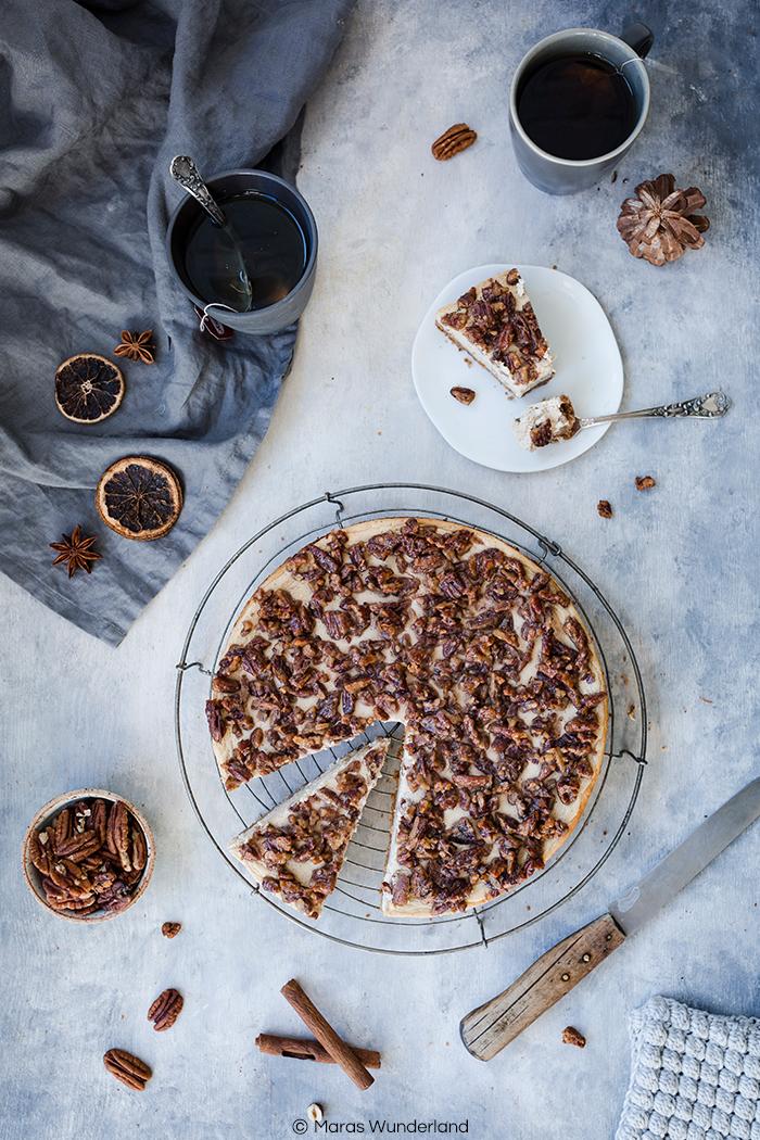 Rezept für einen cremigen, saftigen Chai Pekannuss Cheesecake. Mit herrlichen Gewürzen und ein klein wenig gesünder. Perfektes Soulfood in Kuchenform für Herbst und Winter. #cheesecake #käsekuchen #kuchen #herbstkuchen #chai #chailatte #pekannüsse #pecan #maraswunderland