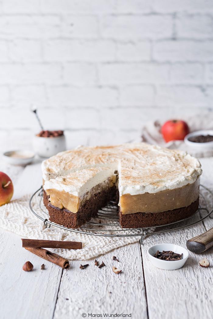 Rezept für eine glutenfreie Apfeltorte mit Haselnüssen und Schokolade. Gut vorzubereiten und perfekt für Herbst, Winter und die Weihnachtszeit.