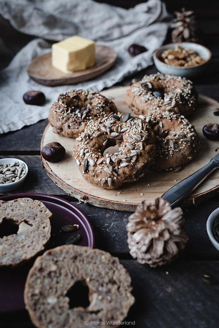 Rezept für vegane Maronen Haselnuss Bagels. Vollkorn, leicht süßlich, saftig und wunderbar aromatisch. Perfekt für das nächste Herbstfrühstück • Maras Wunderland #bagels #brötchen #frühstück #breakfast #maronen #chestnuts #vegan #soulfood #snack #maraswunderland #herbstrezept