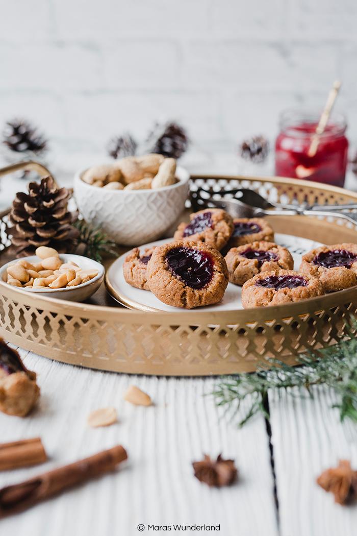 Rezept für gesunde & vegane Engelsaugen. Mit Erdnussmus, Mandeln & Vollkornmehl. Perfekte Plätzchen zur Weihnachtszeit. Schnell & einfach gemacht. • Maras Wunderland #engelsaugen #gesundbacken #veganeplätzchen #plätzchen #weihnachtsbäckerei #christmascookies #maraswunderland #veganeplätzchen #gesundeplätzchen