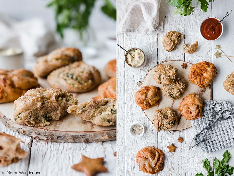 Rezept für zweierlei vegane Pizzaknoten: Hummus & Tomate. Perfekter Snack aus Vollkorn-Hefeteig für Geburtstage, Partys, Silvester oder als Grillbeilage. • Maras Wunderland #maraswunderland #silvestersnack #partysnack #partyfood #snack #vollkornhefeteig #vollkorn #pizzabrot #pizzabrötchen #hummus #gesundersnack #veganersnack #vegan