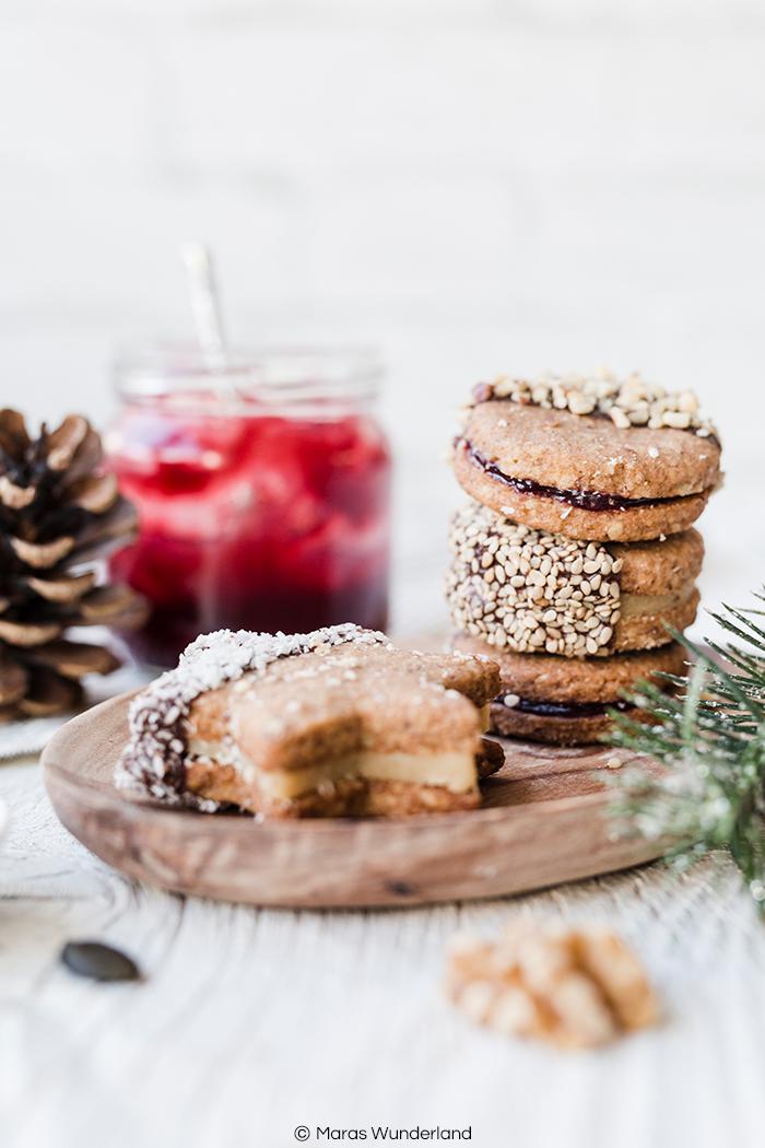 {Werbung} Rezept für dreierlei gefüllte Nussplätzchen mit Marmelade, Marzipan und Schoko-Nuss-Aufstrich. Einfach herzustellen. Wunderbar saftig, aromatisch und weihnachtlich. • Maras Wunderland #weihnachtsrezept #weihnachtsplätzchen #christmascookies #christmastreat #nussplätzchen #maraswunderland #marzipan #plätzchen #plätzchenrezept