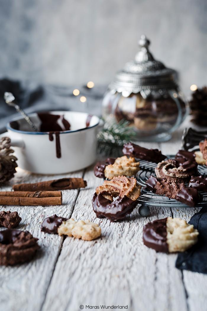 Rezept für dreierlei Spritzgebäck: Klassisch, Schoko und Espresso-Marzipan. Der Plätzchenklassiker zur Weihnachtszeit. Schnell und einfach herzustellen. • Maras Wunderland #plätzchen #weihnachtsbäckerei #weihnachtsplätzchen #christmastreat #christmascookies #spritzgebäck #lieblingsplätzchen