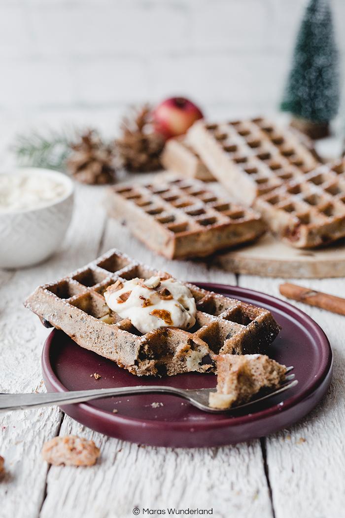 Rezept für gesündere Weihnachtswaffeln mit Vollkornmehl, Mandeln und Erythrit. Ohne Butter/Öl. Mit Schoki & Apfel. Super fluffig & saftig. Dazu eine Marzipan-Creme mit gebrannten Mandeln. Soulfood an Weihnachten! Schnell und einfach gemacht. • Maras Wunderland #waffeln #frühstück #gesundesfrühstück #eathealthy #christmastreat #christmasbreakfast #weihnachtsfrühstück #maraswunderland
