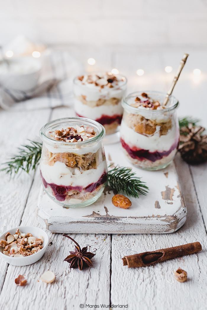 Rezept für ein weihnachtliches, gesünderes Bienenstichdessert. Mit Vollkorn-Lebkuchen-Biskuit, Marmelade und einer leichten Creme mit gebrannten Mandeln. Schnell und einfach gemacht - gut vorzubereiten. Perfekt für Weihnachten & Heilig Abend. • Maras Wunderland #maraswunderland #weihnachtsdessert #dessert #bienenstich #gebranntemandeln #christmasdessert #glasdessert #dessertinajar