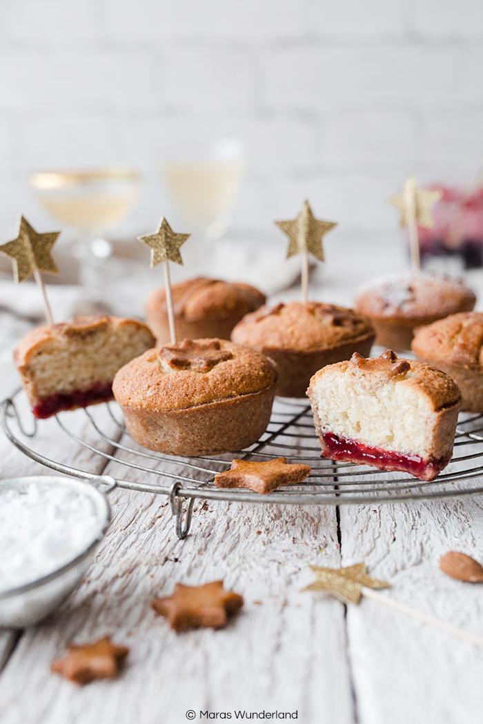 Rezept für Leipziger Lerchen. Ein deutscher Marzipanklassiker aus Mürbeteig und einer Füllung aus Mandelmasse und Marmelade. Etwas gesünder mit Vollkornmehl und Erythrit. Traditionell an Festtagen serviert, wie Weihnachten und Silvester. • Maras Wunderland #maraswunderland #silvesterfood #partyfood #christmastreat #muffins #leipzigerlerche #marzipangebäck #marzipan