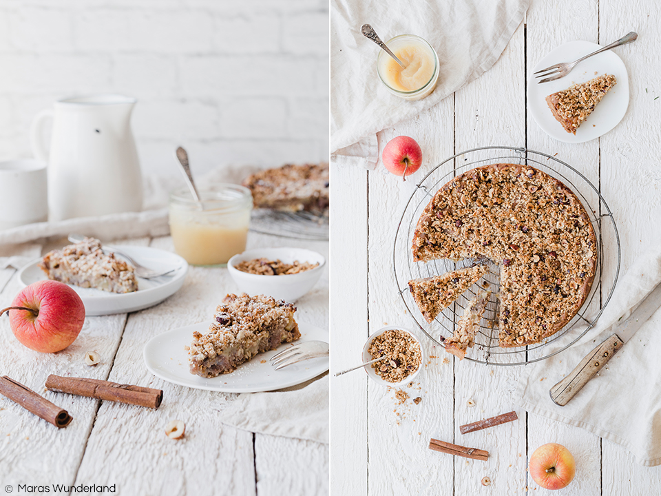 Veganer, gesunder Apfelkuchen. Einfaches und schnelles Rezept aus Vollkorn-Rührteig, Äpfeln und Streuseln. Ohne raffinierten Zucker. Super lecker und saftig. • Maras Wunderland #apfelkuchen #applecake #vegancake #vegansweets #veganerezepte #veganerkuchen #veganrecipes #gesundbacken #veganbaking #gesunderezepte #healthycake #maraswunderland
