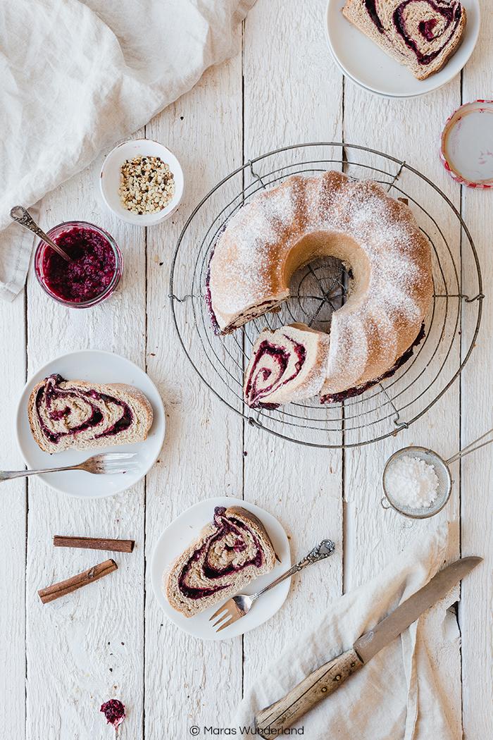 Rezept für einen Kirsch-Gugelhupf aus Hefeteig. Besonders saftig auch noch nach 3 Tagen. Dazu gesünder mit Vollkornmehl. • Maras Wunderland #hefekuchen #gugelhupf #kirschkuchen #bundtcake #maraswunderland #kuchenrezept #cherrycake