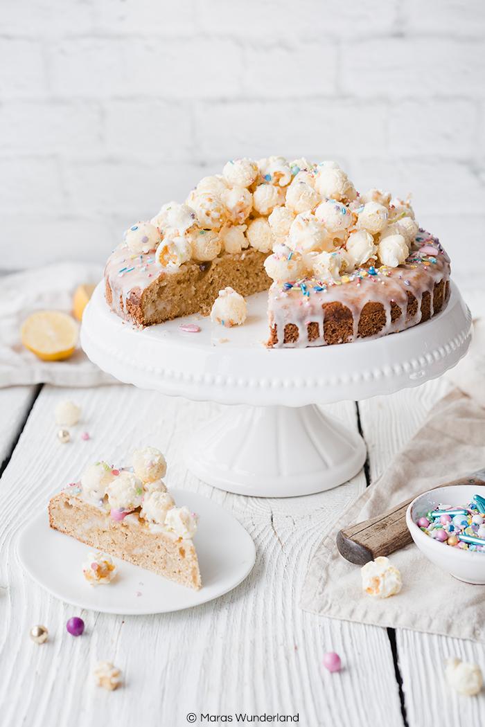 Amerikanerkuchen mit Popcorn. Einfacher & schneller Kuchen, der hervorragend zur Faschingszeit bzw. zu Karneval passt und auch auf jeden Kindergeburtstag. • Maras Wunderland #maraswunderland #amerikaner #faschingsrezept #karnevalsrezept #karneval #fasching #carnival #geburtstagskuchen #kindergeburtstag #geburtstag #kuchenrezept #zitronenkuchen #popcornkuchen #popcorn