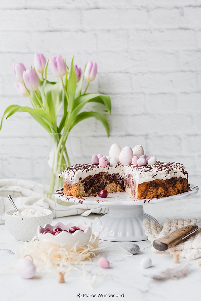 (Werbung) Österlich, saftig, cremig und unglaublich lecker: Kirsch-Marzipan-Donauwelle - eine Abwandlung des Klassikers. Sehr einfaches Rezept, dass sich gut vorbereiten lässt. • Maras Wunderland #maraswunderland #donauwelle #kirschkuchen #cherrycake #marzipankuchen #osterkuchen #eastercake #eastertreat #osterrezept
