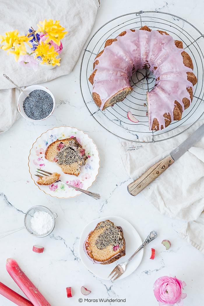 Rezept für einen schnellen und einfachen Mohn-Eierlikör-Kuchen mit Rhabarber. Super saftig, dazu gesünder und perfekt für das Osterfest. Rührkuchen deluxe. • Maras Wunderland #rührkuchen #osterkuchen #eastertreat #gugelhupf #maraswunderland #gesundbacken #eierlikörkuchen #kuchenrezept #osterkuchen #mohnkuchen #rhabarberkuchen #rhabarber