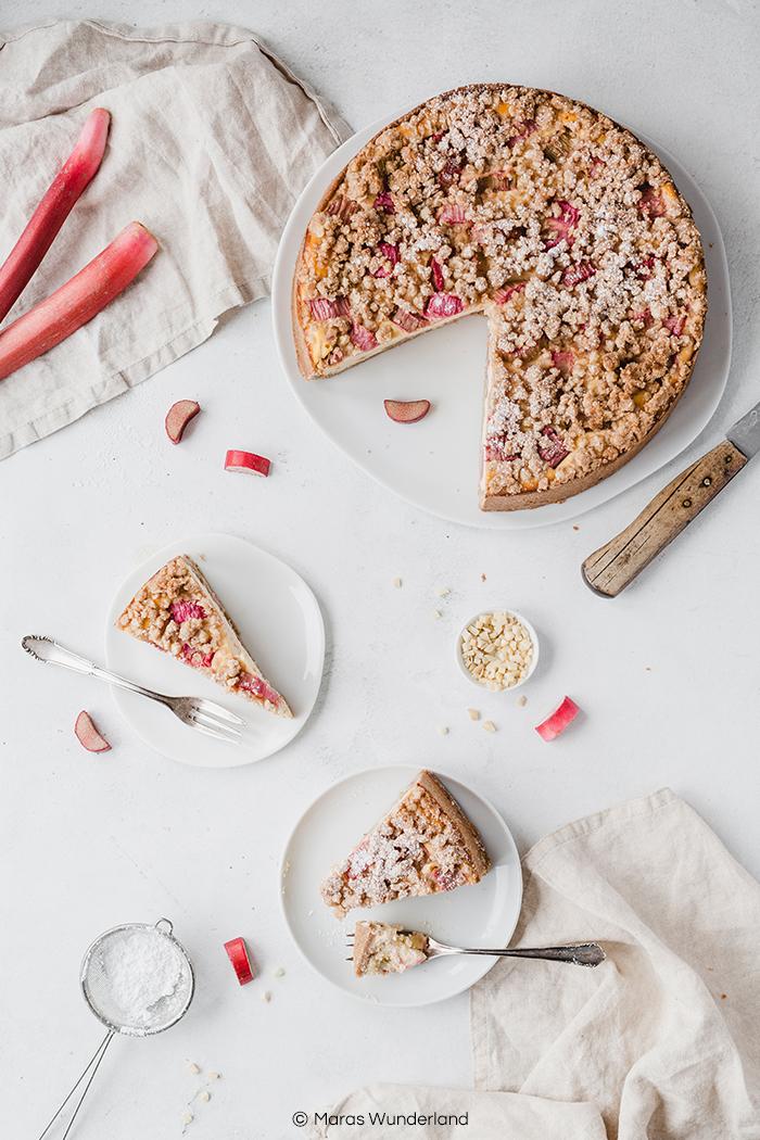 Rezept für Rhabarber-Käsekuchen mit Streuseln. Gesünder, saftig und unglaublich lecker. Der perfekte Kuchen für den Frühling. Aber auch im Herbst mit Äpfeln super. Gut vorzubereiten und passend für jede Gelegenheit. • Maras Wunderland #käsekuchen #streuselkuchen #kuchenrezept #rhabarberkuchen #rhubarbcake #cheesecake #rezept #maraswunderland #gesundbacken