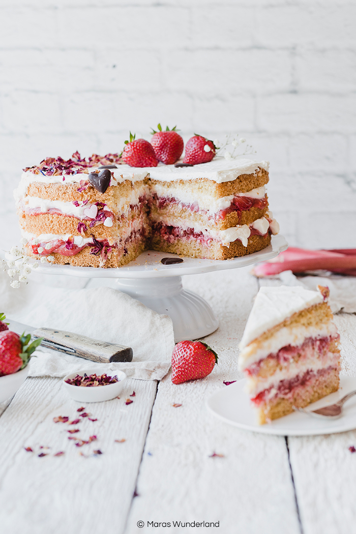 Rezept für eine gesündere Erdbeer-Rhabarber-Torte - der perfekte Kuchen für den Frühling und zu Muttertag. Mandelbiskuit wird gefüllt mit Erdbeer-Rhabarberkompott und einer leichten Creme. Super saftgi und lecker. • Maras Wunderland #rhabarberkuchen #erdbeerkuchen #erdbeerrhabarber #erdbeertorte #muttertag #muttertagsrezept #torte #rhubarbcake #strawberrycake #mothersday