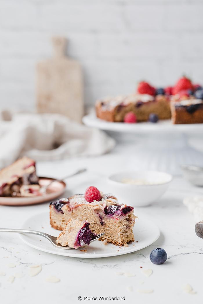 Gesunder Beerenkuchen. Ein schnelles und einfaches Rezept für den Sommer aus Rührteig, Beeren und Mandeln. • Maras Wunderland #maraswunderland #beerenkuchen #berrycake #kuchenrezept #einfach #schnell #blitzkuchen #berrycake