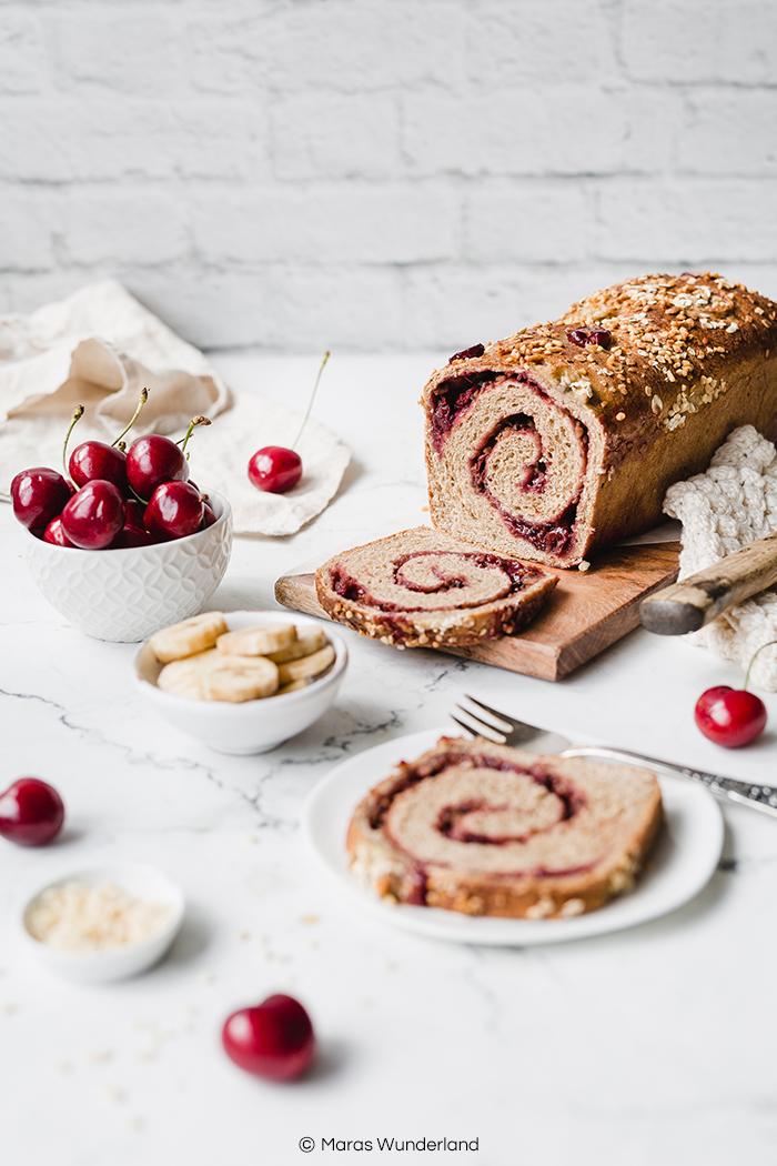 Rezept für ein gesünderes, veganes Kirsch-Bananenbrot. Fluffiger Hefeteig mit Banane, gefüllt mit einer saftigen Kirsch-Mandelfüllung. Super für Brunch und Frühstück. • Maras Wunderland #bananenbrot #hefegebäck #hefezopf #maraswunderland #frühstücksidee #brunch #kirschkuchen #bananabread #hefeteig #yeastcake