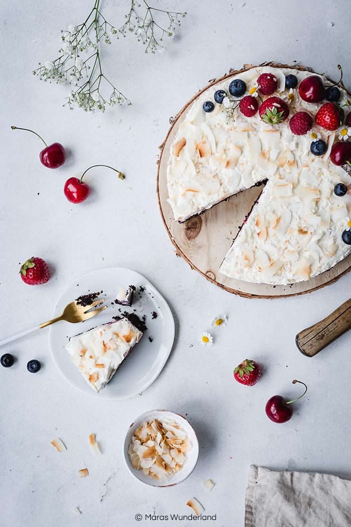 Rezept für eine gesündere und glutenfreie Beeren-Schokotorte. Sommerlich, erfrischend, fruchtig und cremig zugleich. • Maras Wunderland #beerenkuchen #sommertorte #torte #schokokuchen #schokotorte #sahnetorte #berrycake #glutenfrei #glutenfree #gesundbacken