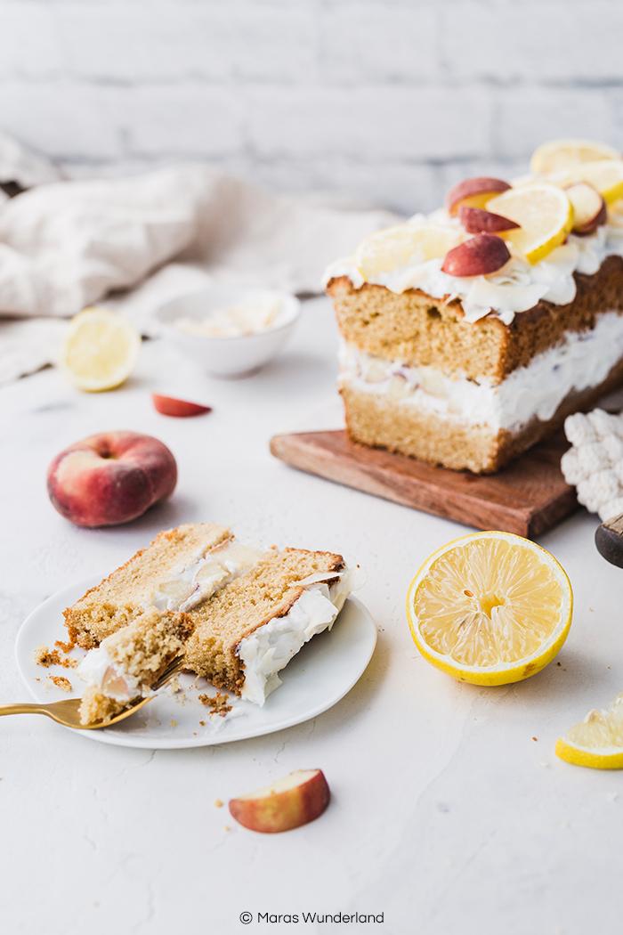 Einfaches und schnelles Rezept für einen sommerlichen und gesünderen Pfirsich-Zitronenkuchen. • Maras Wunderland #zitronenkuchen #lemoncake #pfirsichkuchen #peaches #peachcake #kuchenrezept #gesundbacken #gesunderkuchen