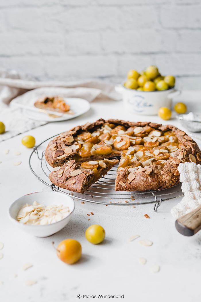 Rezept für eine einfache und schnelle vegane Mirabellen-Galette mit Mandeln. Knusprig und saftig zugleich. Auch mit anderen Obstsorten. • Maras Wunderland #veganerkuchen #veganbacken #mirabellenkuchen #mirabellen #vegancake #maraswunderland #galette #einfacherezepte
